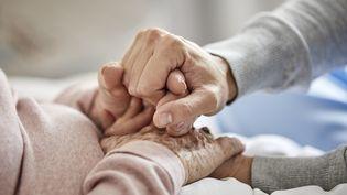 La crise sanitaire n'a pas arrangé la situation des personnes mises sous tutelle ou en passe de l'être. la réforme grand âge et autonomie apportera-t-elle une amélioration ? (MORSA IMAGES / DIGITAL VISION / GETTY IMAGES)