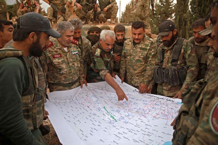 Adnan Ahmad, chef de l'Armée nationale syrienne, groupe rebelle qui sert d'infanterie à Ankara, lors d'une réunion stratégique à propos de Manbij, dans le nord de la Syrie, le 16 octobre 2019. (AAREF WATAD / AFP)