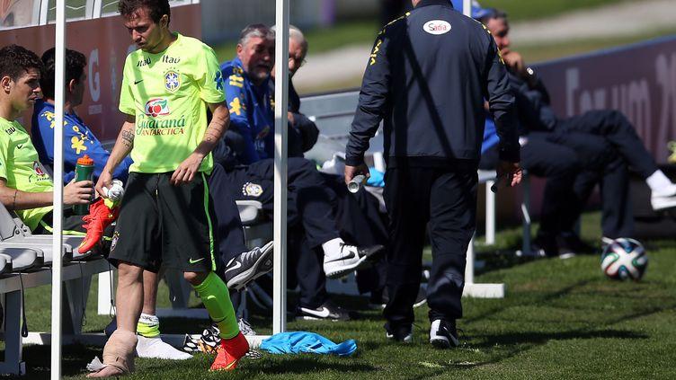 Bernard, touché à la cheville après un tacle  de Paulinho (FERNANDO SOUTELLO / AGIF)