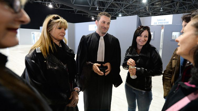 L'avocat Laurent Gaudon accompagné de plusieurs plaignantes lors du procès PIP à Marseille, en 2013. (GERARD JULIEN / AFP)