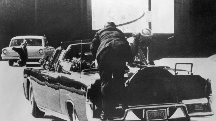 La voiture transportant John Fitzgerald Kennedy et sa femme Jackie, après les tirs à Dallas, le 23 novembre 1963. (BETTMANN / BETTMANN)