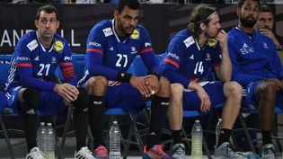 Les remplaçants de l'équipe de France de handball dépités lors de la petite finale du Mondial perdue contre l'Espagne, le 31 janvier 2021 au Caire (Egypte). (ANNE-CHRISTINE POUJOULAT / AFP)