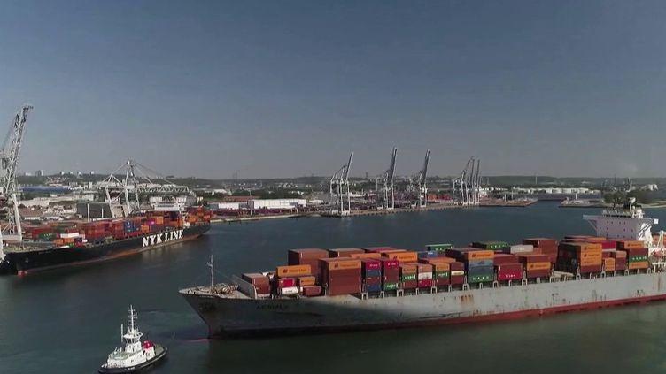 En France, les ports fonctionnent au ralenti, mais se tiennent prêts à repartir dès lundi 11 mai. C'est le cas du port du Havre, en Seine-Maritime. (FRANCE 2)