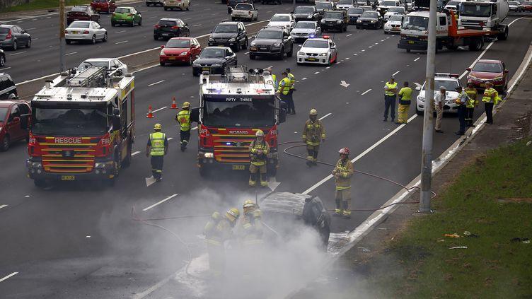 Le pompiers australiens ont réussi à éteindre le feu qui a pris dans un bus rempli de voyageurs à Sydney, le 15 septembre 2016. (DAVID GRAY / REUTERS)
