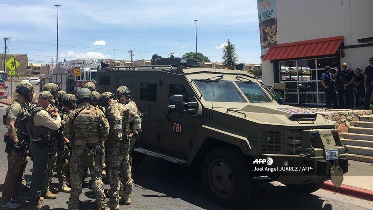 Des militaires américains interviennent après une fusillade survenue dans la ville d'El Paso (Etats-Unis), le 3 août 2019. (JOEL ANGEL JUAREZ / AFP)