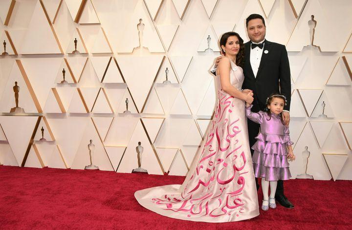 """La Syrienne Waad al-Kateabarborait une robe affichant des messages en arabe, dont :""""Nous ne regretterons pas (d'avoir réclamé) la dignité"""".92e cérémonie des Oscars, dans la nuit du dimanche 9 au lundi 10 février à Los Angeles. (ROBYN BECK / AFP)"""