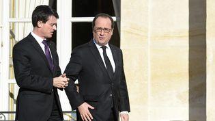 Manuel Valls et François Hollande à la sortie de l'Elysée (Paris), le 26 novembre 2015. (MIGUEL MEDINA / AFP)