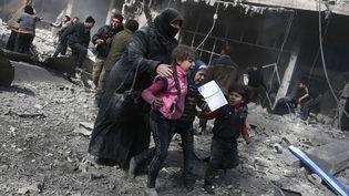 Des civils victimes des bombardements du régime syrien sur le fief rebelle de la ghouta orientale, près de Damas, en Syrie, le 19 février 2018. (ABDULMONAM EASSA / AFP)