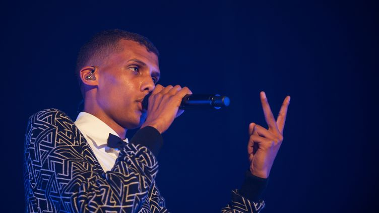 Le chanteur Stromaelors de son concert au Festival de Bourges, mardi 22 avril. (GUILLAUME SOUVANT / AFP)