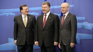 Le président de la Commission européenne, José Manuel Barroso, le président ukrainien, Petro Porochenko, et le président du Conseil européen, Herman Van Rompuy, à Bruxelles, le 27 juin 2014. (THIERRY CHARLIER / AFP)