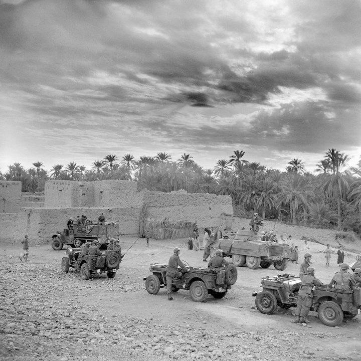 Véhicules militaires français près de l'école de M'Chounèche (nord-est), le 11 novembre 1954, dix jours après la «Toussaint rouge», marquée par une série d'attentats. Cet évènement est considérée comme le début de la guerre d'Algérie. (AFP)