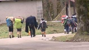 Des scouts quittent leur campement àSaint-Pierre-de-Chartreuse (Isère), 7 février 2016. (FRANCE 2)