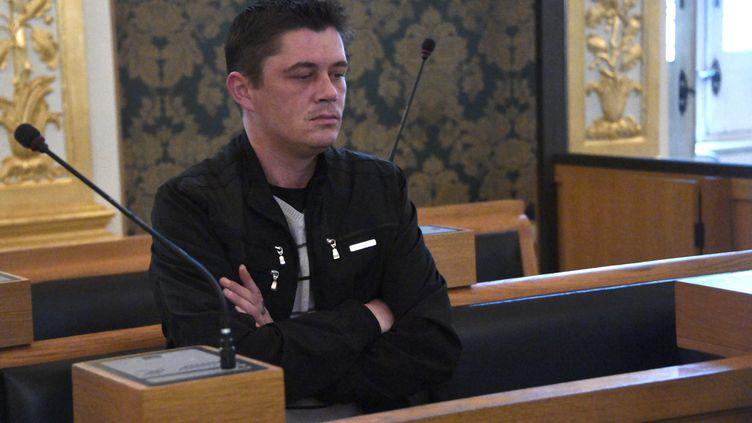 Daniel Legrand dans le box des accusés, devant la cour d'assises des mineurs d'Ille-et-Vilaine, à Rennes, le 27 mai 2015. (DAMIEN MEYER / AFP)