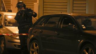 Un officier de police, près de la rue Bichat, le soir des attaques terroristes du 13 novembre 2015. (FLORIAN DAVID / AFP)