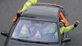 Un manifestant vêtu d'un gilet jaune durant une opération escargot, le 20 novembre à Rennes (Ille-et-Vilaine). (SEBASTIEN SALOM GOMIS / AFP)