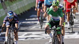 Mark Cavendish en vainqueur à Carcassonne sur la 13e étape du Tour de France 2021, vendredi 9 juillet. (THOMAS SAMSON / AFP)
