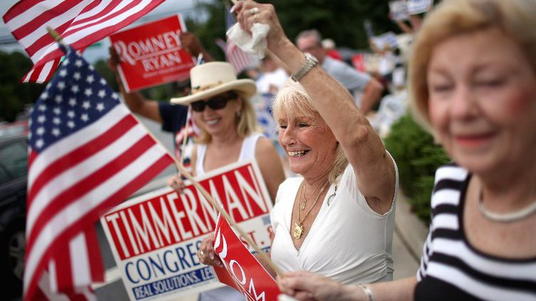 Des partisans du candidat républicain Mitt Romney saluent leur champion le 20 août 2012 à Potomac, dans le Maryland. (CHIP SOMODEVILLA / GETTY IMAGES NORTH AMERICA)