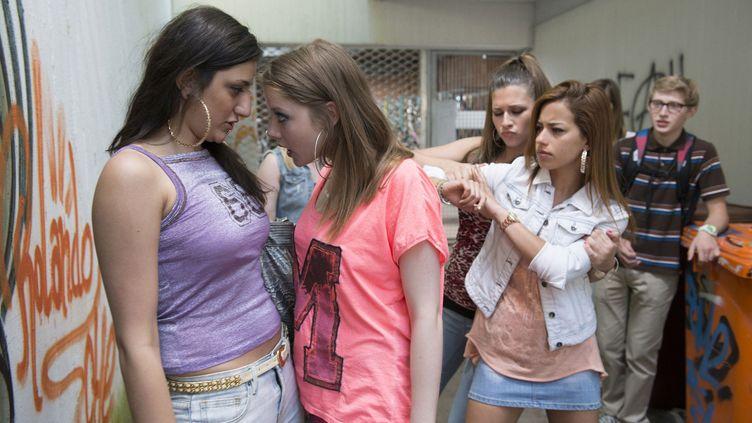 Des jeunes filles se disputent dans un couloir de collège le 26 octobre 2015. (RAT PACK FILMPRODUKTION / ARCHIVES DU 7EME ART)