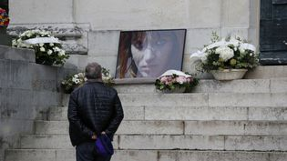 Un invité devant le portrait de l'actrice et chanteuse Anna Karina, lors des obsèques de l'égérie de la Nouvelle Vague, au cinetière du Père Lachaise à Paris, le 21 décembre 2019. (ZAKARIA ABDELKAFI / AFP)