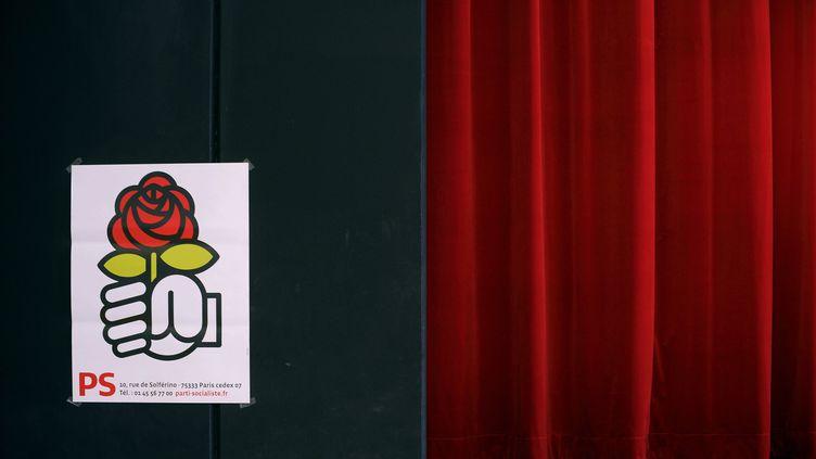 Une affiche avec le logo du PS le 25 janvier 2014 à Frouard (Meurthe-et-Moselle), lors d'un meeting de la campagne des européennes. (MAXPPP)