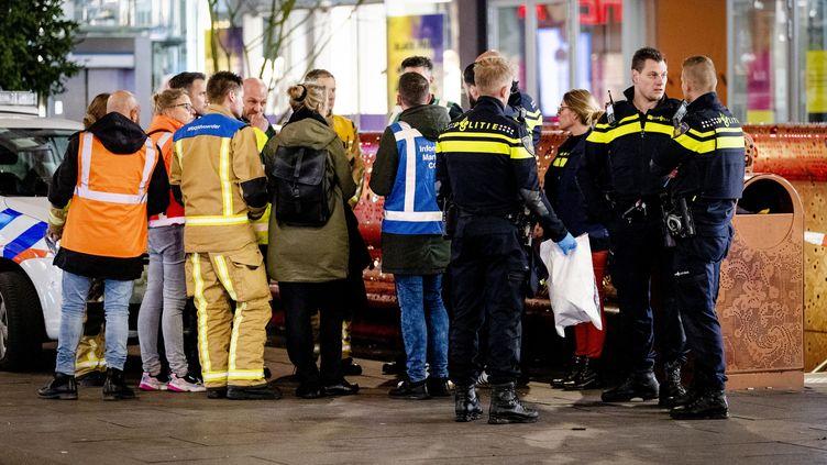 Des policiersdans la GroteMarktstraat, une rue commerçante de La Haye (Pays-Bas) après une attaque au couteau, le 29 novembre 2019. (SEM VAN DER WAL / ANP / AFP)