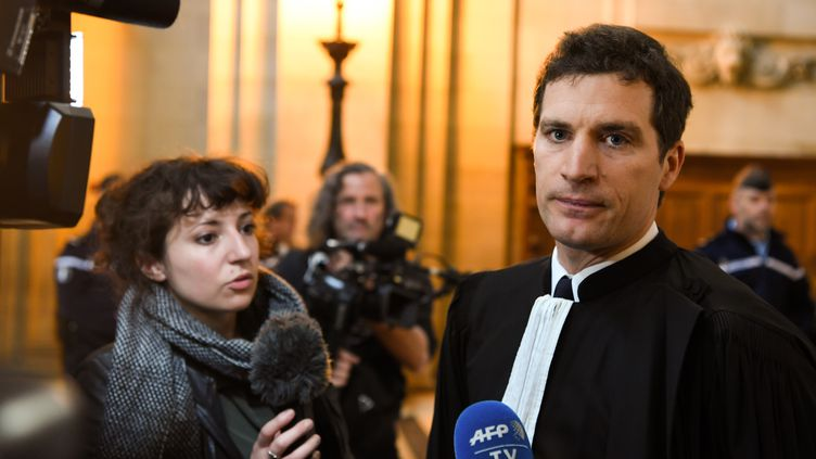 """Jérémie Assous, avocat de Julien Coupat dans le cadre du procès du """"groupe de Tarnac"""", le 12 avril 2018, à Paris. (ALAIN JOCARD / AFP)"""