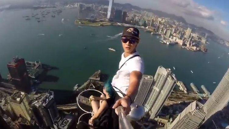 Aux quatre coins du monde, les touristes réalisent des selfies toujours plus dangereux, au point de perdre parfois bêtement la vie. (FRANCEINFO)