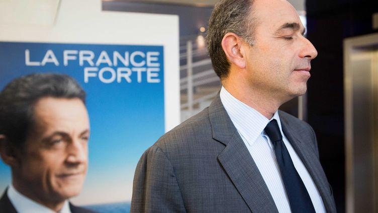 Jean-François Copé devant une affiche de campagne de Nicolas Sarkozy, le 10 octobre 2012 à Paris. (REVELLI-BEAUMONT / SIPA)