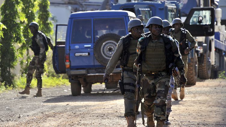 Les forces d'interventions maliennes, le 20 novembre 2015 à proximité de l'hôtel Radisson Blu à Bamako. (HABIBOU KOUYATE / AFP)