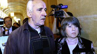 Dany Leprince arrive avec son épouse au palais de justice de Paris, le 6 avril 2011, pour entendre la décision de la Cour de révision. Celle-ci avait refusé d'organiser un nouveau procès. (BERTRAND GUAY / AFP)