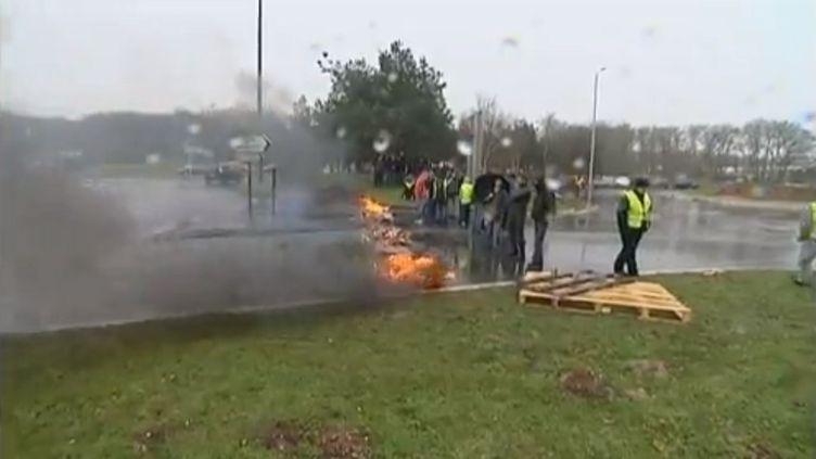 Piquet de grève à l'usine Renault de Cléon, près de Rouen (Seine-Maritime), le 30 janvier 2013. (FRANCE 3 HAUTE-NORMANDIE / FRANCETV INFO)