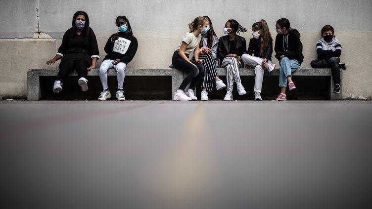 Des élèves de l'école Françoise Giroud, le 1er septembre 2020, à Vincennes (Val-de-Marne). (MARTIN BUREAU / AFP)