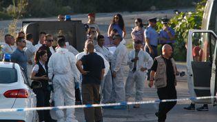 La police et les experts maltais inspectent la zone où la voiture deDaphne Caruana Galizia a explosé, causant la mort de la journaliste et blogueuse. (REUTERS)