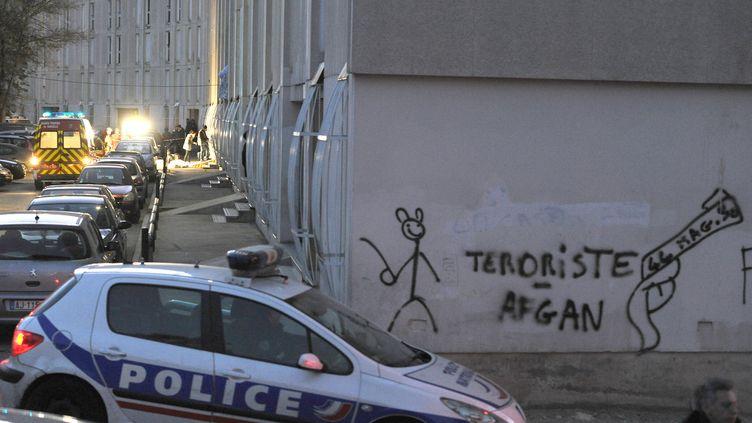Des enquêteurs sur les lieuxoù un jeune homme de 17 ans a été abattu de sept balles de kalachnikov, le 22 décembre 2011 à la cité de la Castellane, à Marseille. (GERARD JULIEN / AFP)