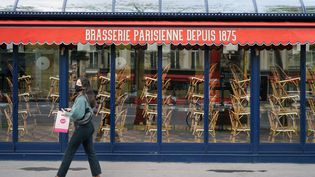 Une brasserie fermée à Paris en raison du confinement, le 7 novembre 2020. (MYRIAM TIRLER / HANS LUCAS / AFP)