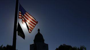 Douze personnes avaient été tuées lors d'une fusillade en juillet 2012 dans un cinéma d'Aurora (Colorado), ce qui avait suscité l'émotion des Etats-Unis et la mise en berne de drapeaux, comme ici le 22 juillet 2012 à Denver (Colorado). (JOSHUA LOTT / AFP)