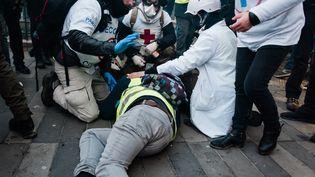 """Un manifestant """"gilet jaune"""" blessé, le 2 février 2019 à Paris. (KARINE PIERRE / HANS LUCAS / AFP)"""