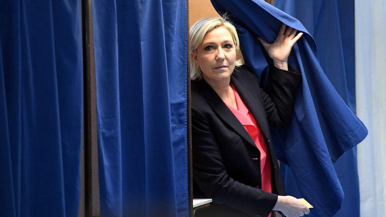 Marine Le Pen sort de l'isoloir à Hénin-Beaumont (Pas-de-Calais), dimanche 7 mai 2017 lors du second tour de l'élection présidentielle. (ALAIN JOCARD / AFP)