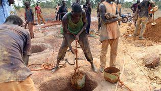 Des mineurs sur le site aurifère de Koflatie au Mali, à quelques kilomètres de la frontière avec la Guinée. Les deux pays sont des hauts lieux du minage artisanal de l'or. (SEBASTIEN RIEUSSEC / AFP)