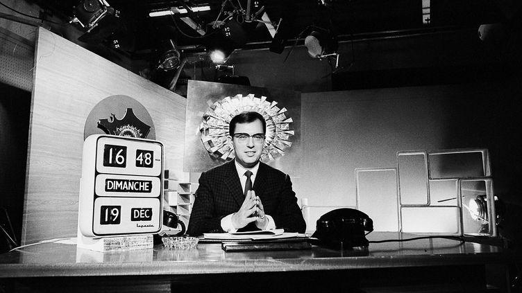 Le journaliste Jean Lanzi en plateau lors du second tour des élections présidentielles, le 19 décembre 1965. (BERNARD ALLEMANE / INA)