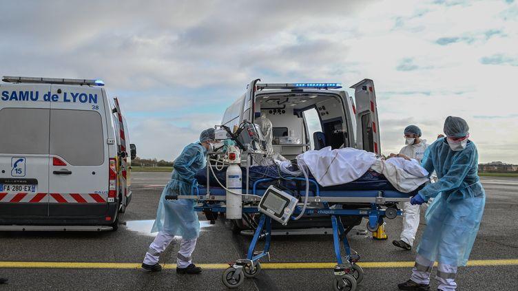Un malade du Covid-19 transporté vers un vol médicalisé pour une évacuation sanitaire, à l'hôpital de Bron près de Lyon (Rhône), le 16 novembre 2020. (PHILIPPE DESMAZES / AFP)