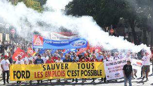 Plusieurs centaines de salariés de Ford Blanquefort ont manifesté dans les rues de Bordeaux, samedi 22 septembre. (MEHDI FEDOUACH / AFP)