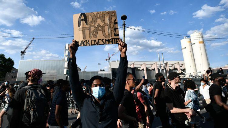 Un manifestant à Paris, le 2 juin 2020. (STEPHANE DE SAKUTIN / AFP)