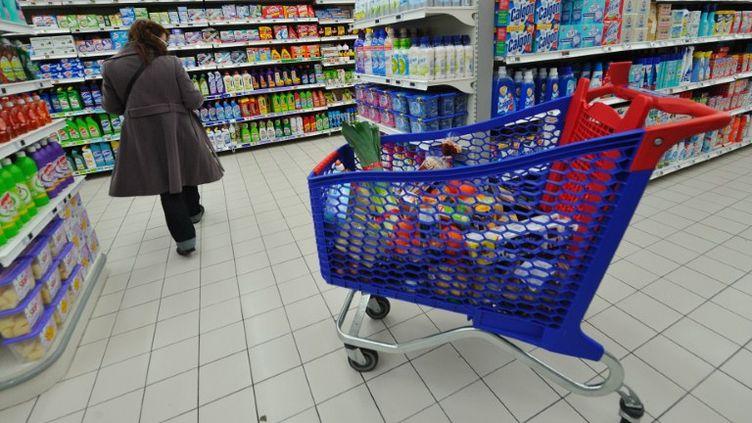Plus de la moitié des Français des classes moyennes disent avoir fait des achats dans le hard discount au cours des douze derniers mois. (PHILIPPE HUGUEN / AFP)