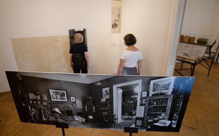 Des personnes se tiennent à l'endroit où était situé le sofa du cabinet de Sigmund Freud, à Vienne (26 août 2020) (ALEX HALADA / AFP)