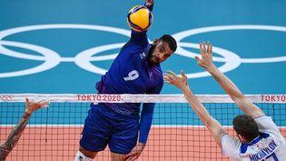 Earvin Ngapeth face au Comité olympique russe lors du tournoi olympique des Jeux de Tokyo, le 30 juillet 2021. (YURI CORTEZ / AFP)