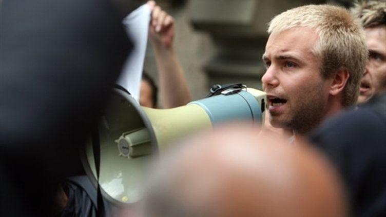 Un survivant du drame s'exprime devant la mairie de Duisbourg ,le 29/07/2010 (AFP/Patrick Stollarz)