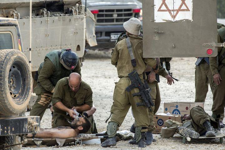 L'armée israélienne soigne ses blessés à la frontière avec Gaza, le 20 juillet 2014. (JACK GUEZ / AFP)