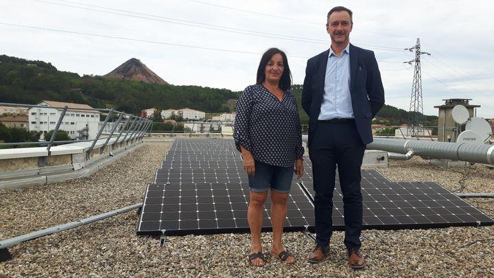 Chalaa Ben Belaïd, locataire depuis 2005 et Philippe Curtil, le directeur de l'office HLM le Logis Cevenols, sur le toit de l'immeuble. (GREGOIRE LECALOT / RADIO FRANCE)