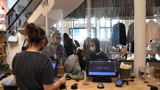 Des clients font leurs achats dans un magasin de vêtements le 28 novembre 2020 à Paris (photo d'illustration). (ALAIN JOCARD / AFP)